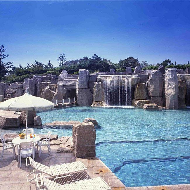 本格リゾート気分!舞浜に滝の流れるガーデンプール&洞窟風バーがオープン