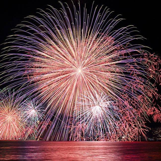 涼を感じながら楽しむ夏の風物詩。全国で開催される水辺の花火大会5選